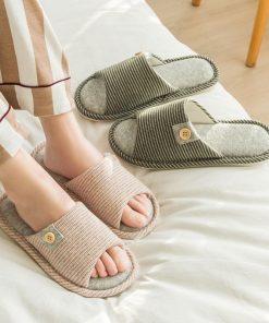 Pantuflas con un diseño de rayas para mujer