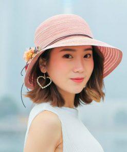 Sombrero con flores de mujer