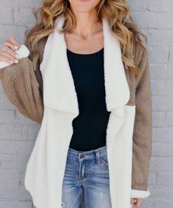 Abrigo de peluche con solapa y diseño de parches